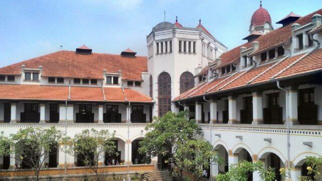 teras utama gedung bagian dalam