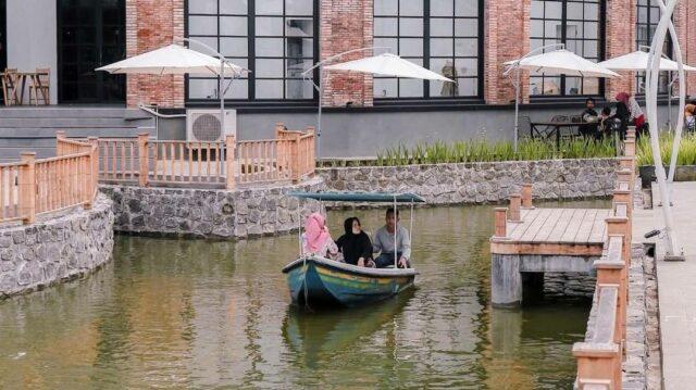 jalur kanal ala Venesia ini, wisatawan bisa naik perahu mengitari kanal di The Village Baturaden Purwokerto