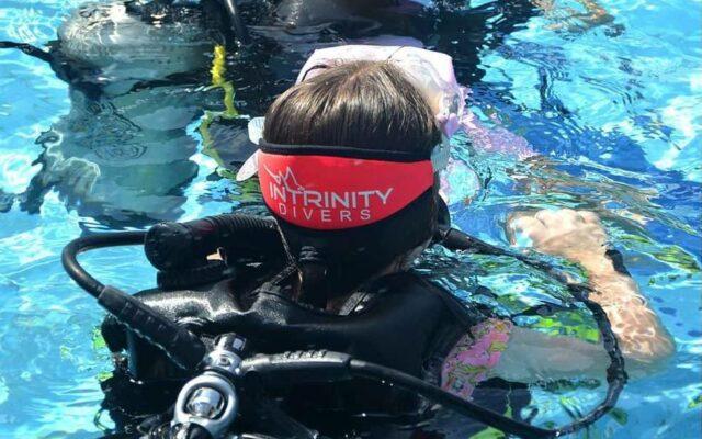 pengunjung yang belajar menyelam