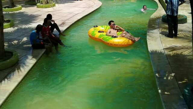 bersantai wahana kolam arus