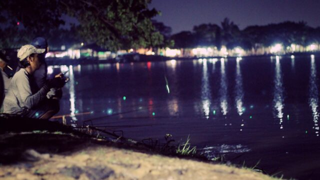 memancing ikan di danau Tomang