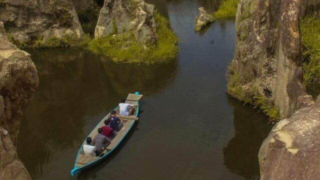 naik sampan mengelilingi Tebing Koja