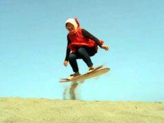 aktivitas sandboarding di gumuk pasir parangkusumo