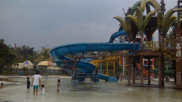 Waterpark menjadi wahana favorit anak-anak di Taman Wisata Wendit Malang