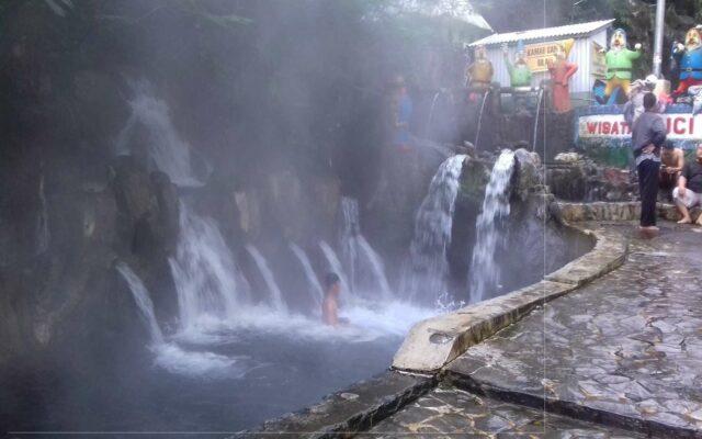 kolam dan sungai serta pancuran di pemandian air panas guci tegal