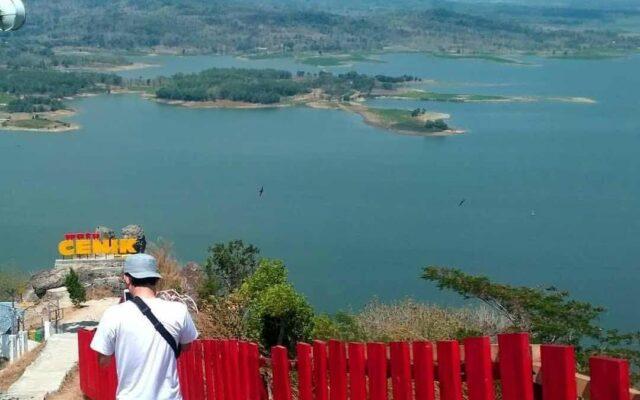 Akses tangga menuju ikon Watu Cenik Wonogiri Jawa Tengah