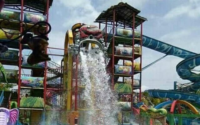 Aneka wahana permainan air di water park ciperna cirebon