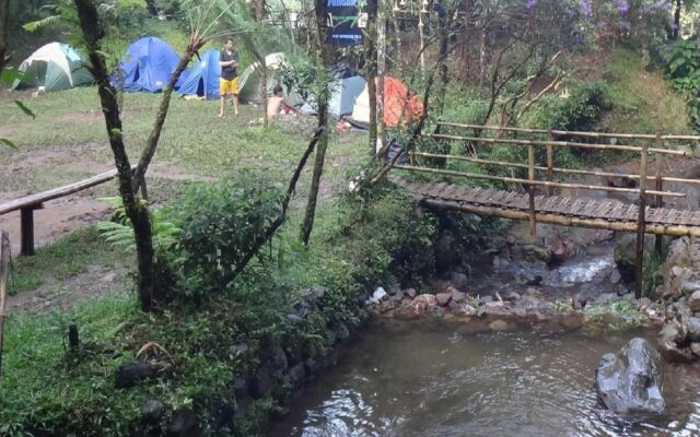 Area Curug Ngumpet Bogor juga menyediakan lahan bagi wisatawan yang ingin berkemah