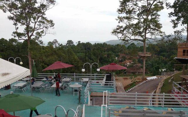Area cafe outdoor yang disediakan bagi wisatawan di Puncak Mas Lampung