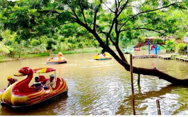 Danau dengan wahana Perahu Bebek