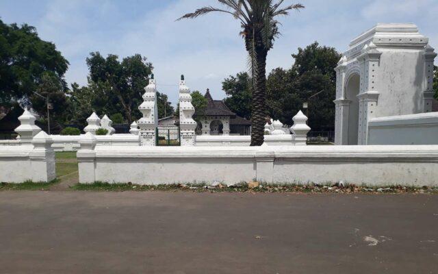 Di paling kanan gambar adalah Gerbang Seblawong