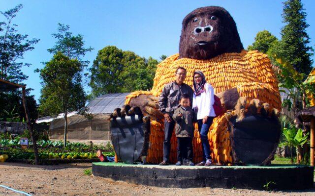 patung gorilla raksasa kampung anggrek kediri