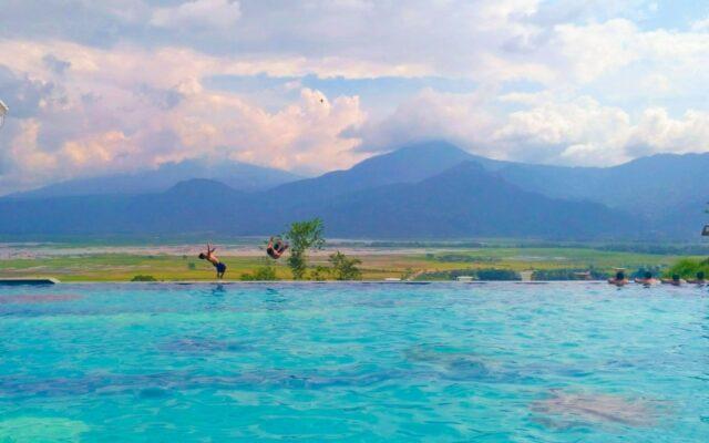 kolam renang infinity berlatar gunung