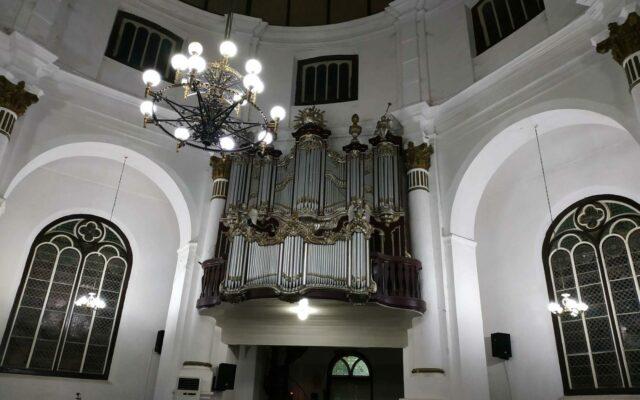 orgel di dalam gereja blenduk