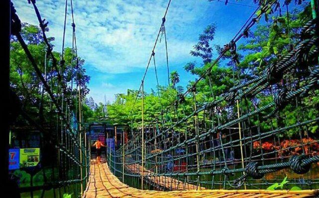 Jembatan Gantung sopt foto favorit wisatawan di taman kota ciperna