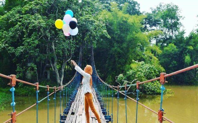 Jembatan Gantung yang menjadi spot foto dan tempat favorit Prewedding di Taman Wisata Alam Punti Kayu Palembang