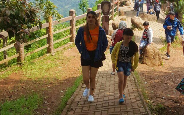 trekking menuju bukit keraton