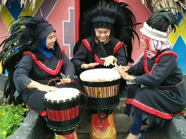 Kendang Jimbe merupakan salah satu suvenir Kampung Afrika Blitar Jawa Timur