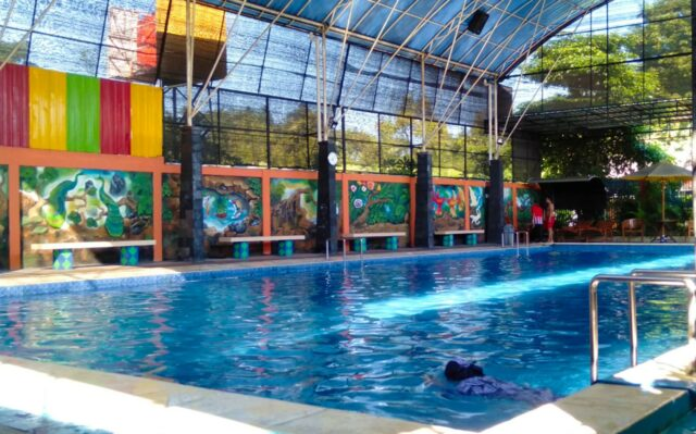 kolam renang dewasa indoor Surya Taman Wisata Kediri