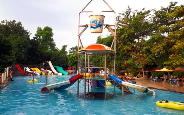 kolam dan wahana anak Planet Waterboom Subang