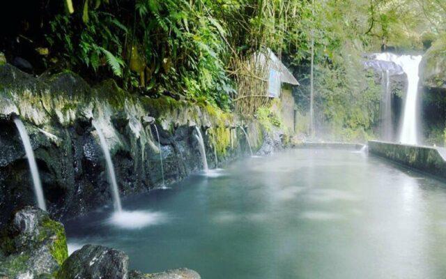 Kawasan Wisata Guci dengan Pemandian air panas guci Tegal