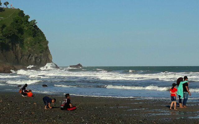 area pinggir pantai watu bale kebumen