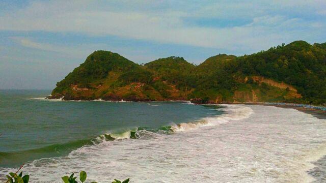 Topografi pantai yang dikelilingi bukit