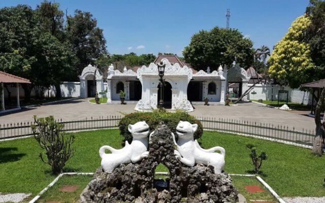 Patung Singa Putih yang ada di Halaman Keraton Kasepuhan Cirebon