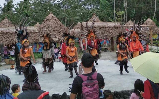 Pertunjukan Tari biasa digelar akhir pekan dan hari libur nasonal di Kampung Afrika Blitar Jawa Timur