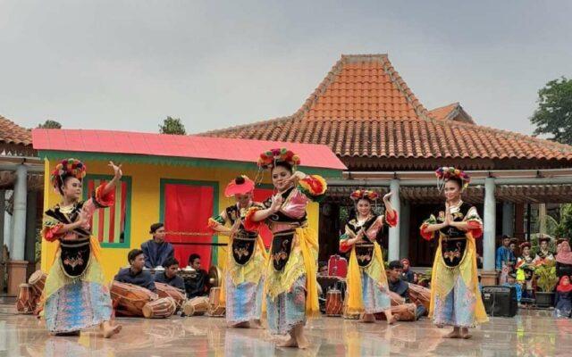 Pertunjukan seni tari Betawi di setu babakan kampung betawi