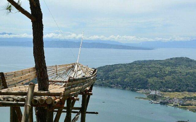 Salah satu gardu pandang sekaligus spot foto berlatar danau Toba