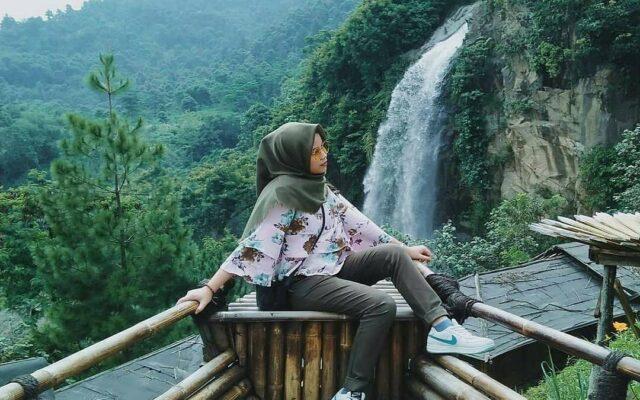 Salah satu spot foto dengan latar belakang air terjun bidadari