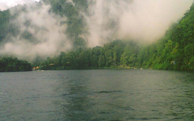 Pemandangan perbukitan dan danau di cemoro kandang