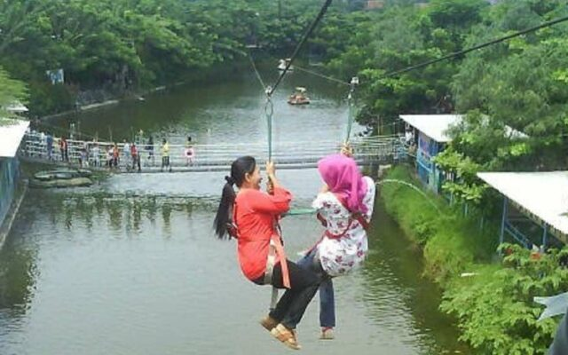 Wahana Flying Fox di Water park Ciperna Cirebon