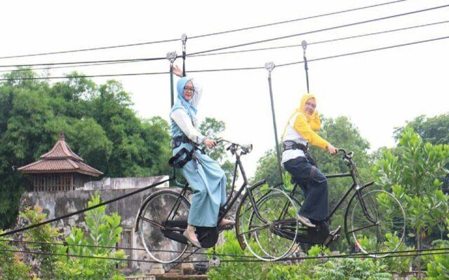 Wahana Sepeda Gantung di Goa Sunyaragi Cirebon