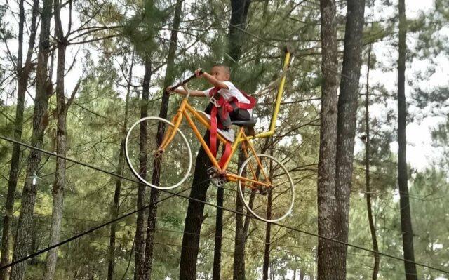 Flying fox unik menggunakan sepeda