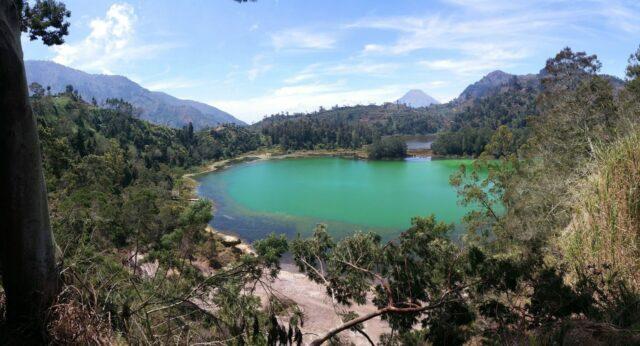 panorama keindahan danau berlatar perbukitan