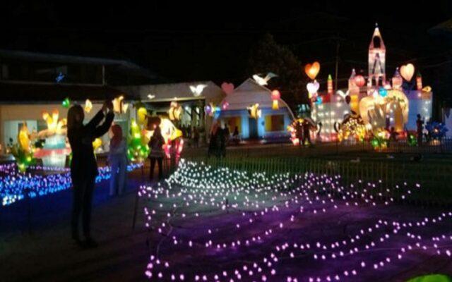 arena bermain anak dengan kerlip lampu malam hari