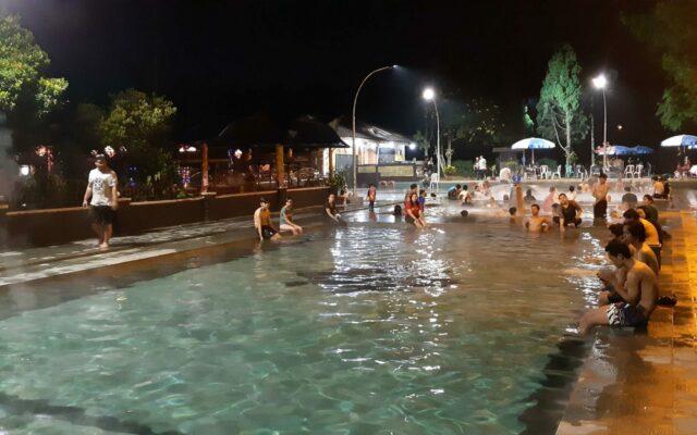 pengunjung sedang berendam di kolam air panas Ciater