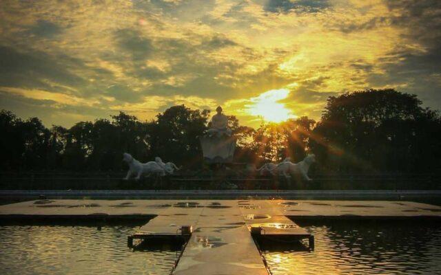 Melihat matahari terbit dari taman di pagi hari