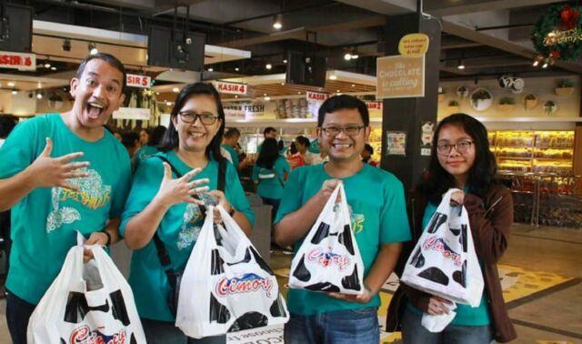 Berbelanja aneka produk olahan susu di Cimory Riverside Bogor