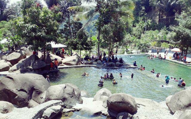 Berenang di segarnya Kolam Renang alami