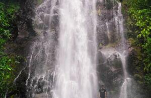 Berfoto berlatar air terjun merupakan aktivitas favorit wisatawan Curug Cigamea Bogor