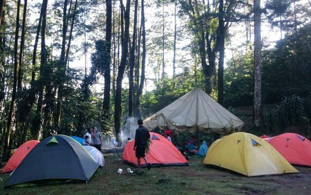 tenda-tenda wisatawan di curug cijalu