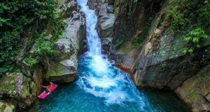 Bersantai di permukaan kolam Curug Pangeran Bogor menjadi ajang relaksasi wisatawan