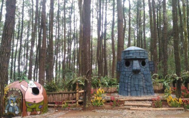 orname-ornamen unik di tengah hutan pinus asri