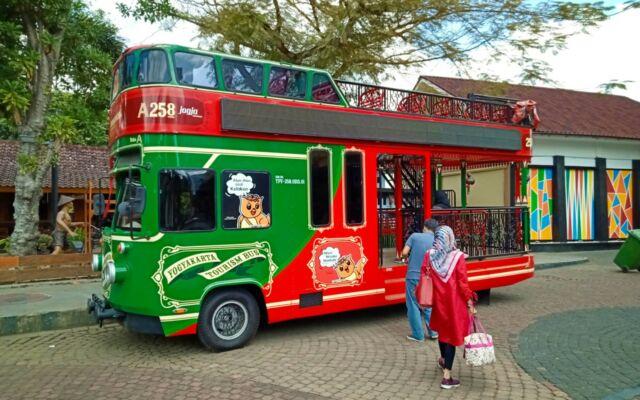 bus unik yang membawa pengunjung berkeliling area taman