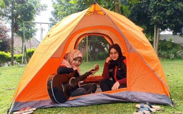 Camping ground tersedia bagi wisatawan yang berminat menginap di alam terbuka wisata curug Ciherang Bogor