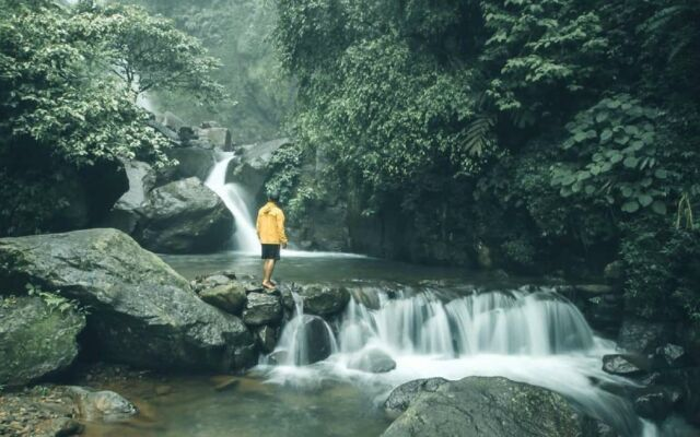 Curug Ciherang Bogor dengan air terjun tiga tingkat yang sejuk dan menyegarkan