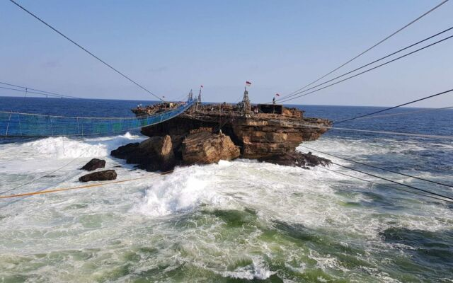 jembatan gantung dan gondola ke pulau Timang